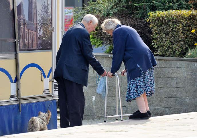 Un couple de personnes âgées à Hazebrouck (Nord), en août.
