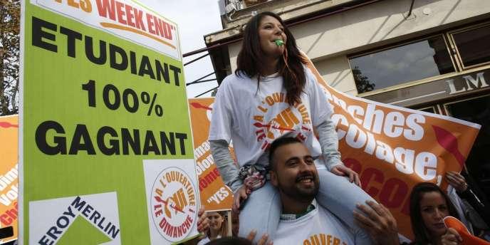 Des salariés de magasins de bricolage manifestent à paris pour l'ouverture le dimanche, le 2 octobre 2013.