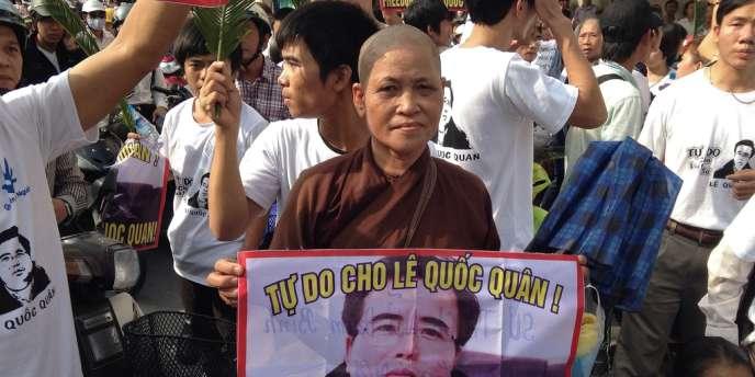 Des manifestants, parmi lesquels une nonne bouddhiste, manifestent pour la libération de l'avocat dissident Lê Quôc Quân, le 2 octobre à Hanoï.