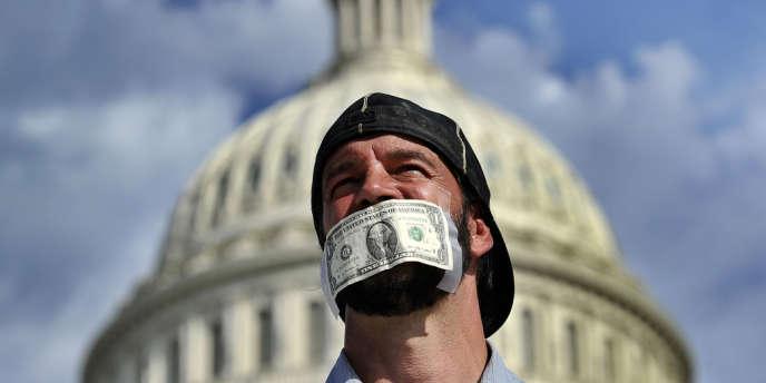 Un homme manifeste devant le Capitole, le 2 octobre, au lendemain de la fermeture partielle de l'Etat fédérale faute d'accord sur le budget.