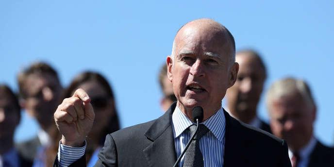La loi, promulguée par le gouverneur de Californie Jerry Brown, complète les lois qui punissaient la diffusion de photos intimes prises à l'insu des intéressés.
