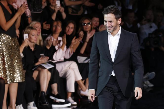 Le créateur Marc Jacobs, le 2 octobre 2013, à la fin de son dernier défilé pour la maison Louis Vuitton, dans la Cour carrée du Louvre.