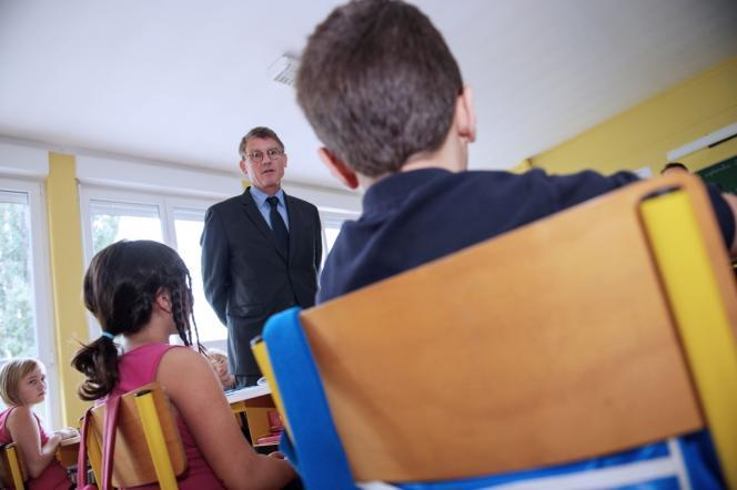 Le ministre de l'éducation nationale, Vincent Peillon, le 30 septembre 2013, dans une classe d'une école primaire de Wittenheim, dans la banlieue de Mulhouse.
