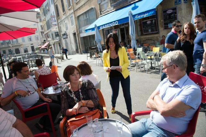 Samia Ghali en campagne sur le Vieux-Port de Marseille, le 22 septembre.