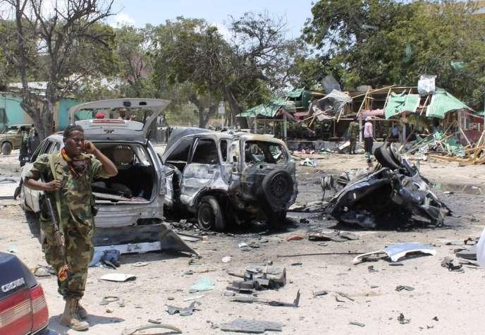 Un soldat somalien, près d'un restaurant détruit par une voiture piégée, le 7 septembre, dans un quartier de Mogadiscio.