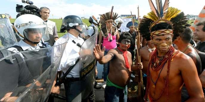 Quelque 300 Indiens ont tenté de pénétrer dans le Parlement brésilien mercredi 2 octobre.