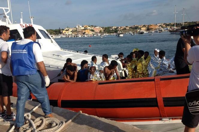 Des survivants du naufrage du 3 octobre 2013 à Lampedusa.