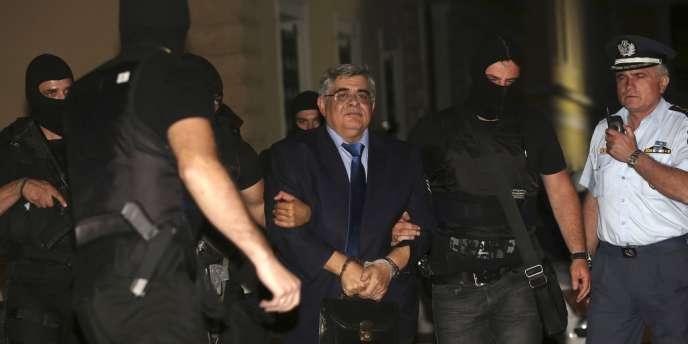 Le chef d'Aube dorée, Nikolaos Michaloliakos, mercredi 2 octobre, avant sa présentation aux juges d'instruction à Athènes.