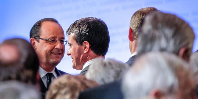 François Hollande, président de la République, saluant Manuel Valls, ministre de l'Intérieur.