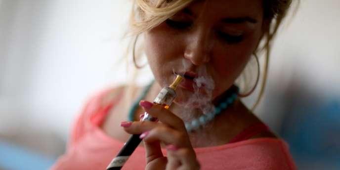 Porter la cigarette à la bouche, aspirer, souffler : c'est un geste caractéristique qui a fait son retour dans les bureaux.