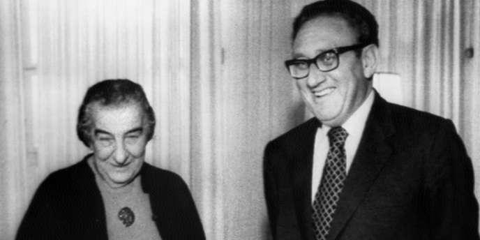 Le secrétaire d'Etat américain Henry Kissinger et la première ministre israélienne Golda Meir, le 27 février 1974, en Israël.