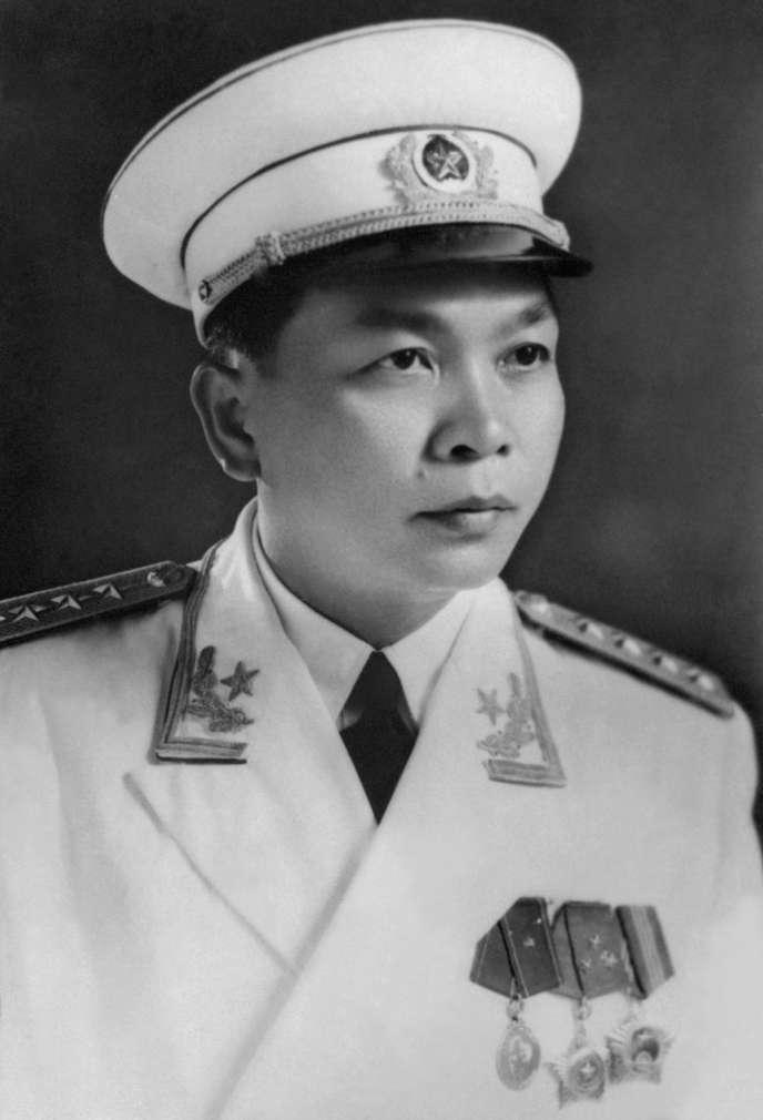 Portrait diffusé en 1976 par l'agence nord-vietnamienne du général Nguyen Giap, ministre de la défense, alors qu'il prenait ses fonctions de vice-premier ministre du gouvernement de la République socialiste du Vietnam.