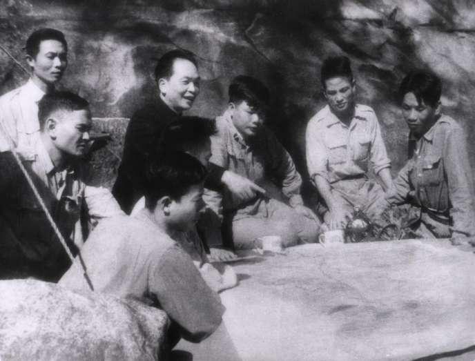 Le général Giap dans son PC de Dien Bien Phu.