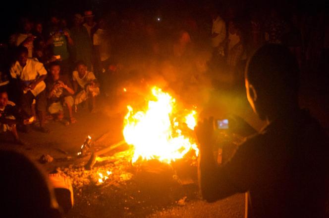 Dans la soirée, et dans une atmosphère d'émeute, quelques hommes ont amené un Malgache dans une Renault 4, l'en ont sorti et ont jeté son corps dans un brasier devant quelque 300 personnes en délire.