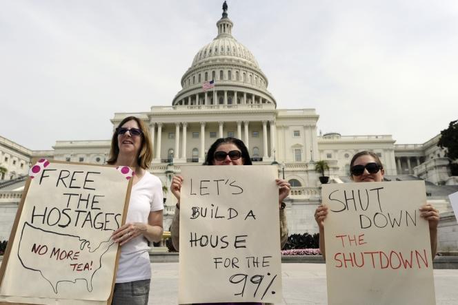 Des manifestants se sont réunis devant le Capitole, le 3 octobre, brandissant des slogans comme