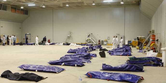 Dans un hangar de l'aéroport de Lampedusa, le 3 octobre.