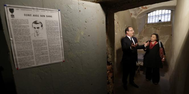 François Hollande visite une cellule dans la citadelle d'Ajaccio où le capitaine Fred Scamaroni, héros de la Résistance corse, fut torturé par les nazis avant de se suicider, vendredi 4 octobre.