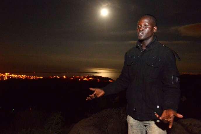 Un jeune migrant africain, coincé au Maroc, dans une forêt près de la ville côtière de Nador, une des portes d'entrée vers l'Espagne.