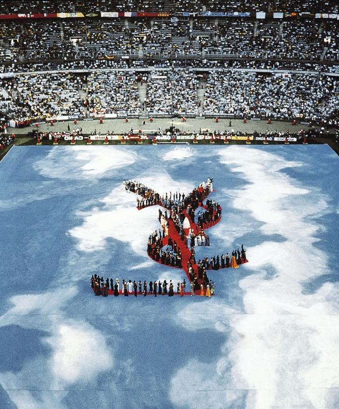 Olivier Massart a fait des défilés à grand spectacle sa marque de fabrique, comme ce show Yves Saint Laurent au Stade de France, en clôture de la Coupe du monde de foot en 1998.