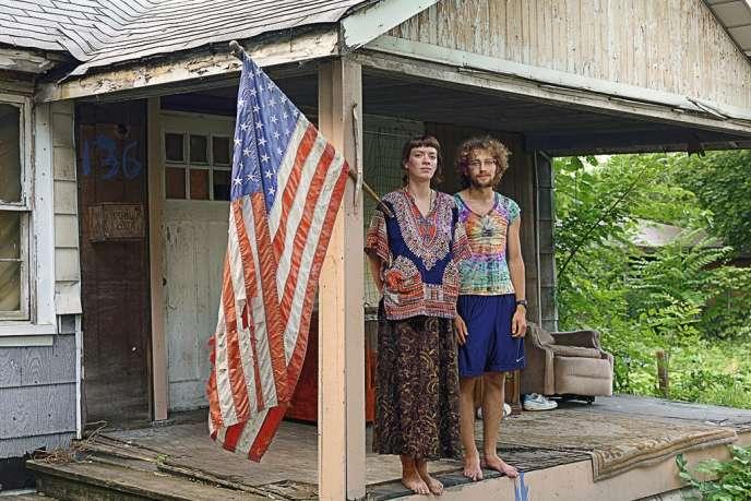 La ville, noire  à plus de 80 %, a perdu plus de la moitié de sa population en soixante ans (à gauche, Micah, habitante du Northeast Side).Luttant contre l'isolement,  une population punk-hippie s'est regroupée dans le quartier de Goldengate Street : les  habitants  retapent  eux-mêmes  les maisons  abandonnées  et cultivent un bout de jardin (ci-contre,  Shad et Sara, nouvellement arrivés dans  le quartier). -