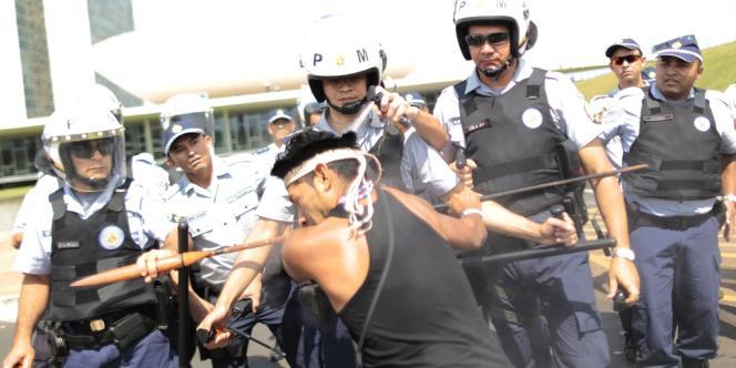 Echauffourées avec la police, le 2 octobre à Brasilia,  lors d'une manifestation contre la proposition d'amendement constitutionnel PEC 215, qui retirerait au pouvoir exécutif la responsabilité de démarquer et définir les territoires indigènes pour la transférer au Congrès.