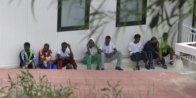 Le bateau, qui transportait principalement des Erythréens et des Somaliens, a chaviré jeudi matin après que du fioul a pris feu.