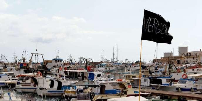 Un drapeau noir où est inscrit le mot