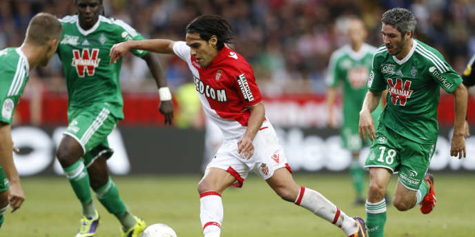 L'attaquant monégasque Falcao, face à trois Stéphanois, samedi au Stade Louis II.