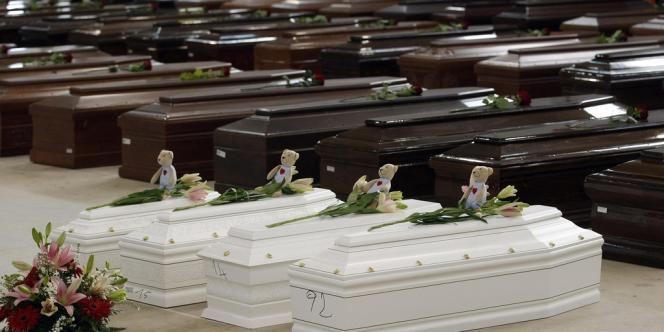 Quatre cercueils d'enfants ont été alignés dans le hangar de l'aéroport de Lampedusa, le 5 octobre parmi ceux des 111 migrants morts dans le naufrage de leur bateau au large de Lampedusa le jeudi 3 octobre.