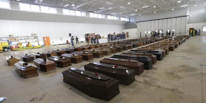 Seules 111 dépouilles ont été récupérées depuis que le bateau où s'entassaient quelque 500 Somaliens et Erythréens, partis de Libye, a pris feu, puis coulé jeudi octobre 2013. Ici le hangar de l'aéroport de Lampedusa où ont été alignés les cercueils des victimes, le 5 octobre.