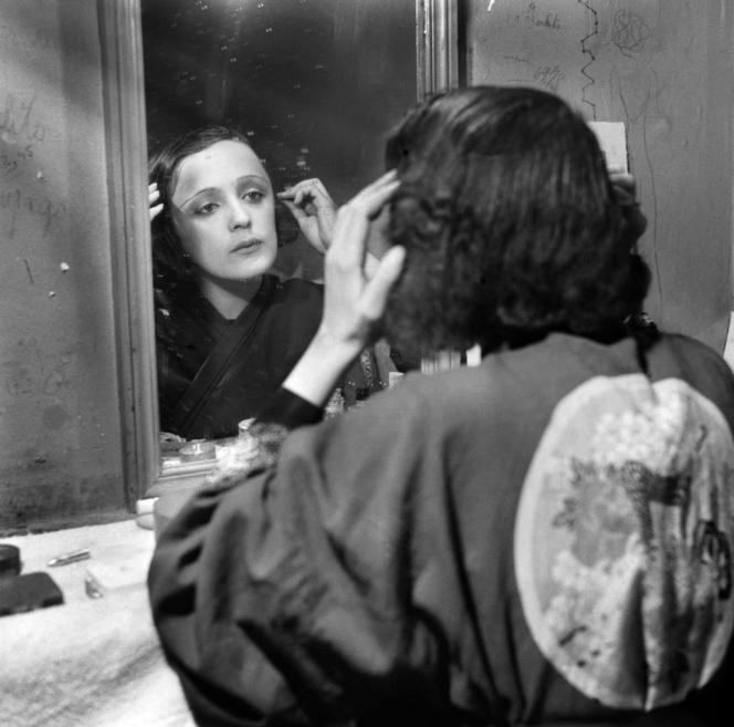 La chanteuse Edith Piaf, dans sa loge à Paris en décembre 1915.