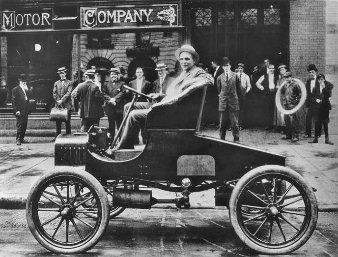 Henry Ford, l'initiateur de la production automobile à la chaine, pose en 1900 avec une voiture fabriquée par son entreprise. Avec le lancement de sa Modèle T, 13 ans plus tard, disponible dans
