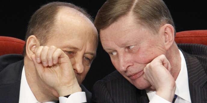 Le chef de l'administration du Kremlin, Sergueï Ivanov (à droite) écoute le directeur du FSB, Alexander Bortnikov, en 2012 à Moscou.
