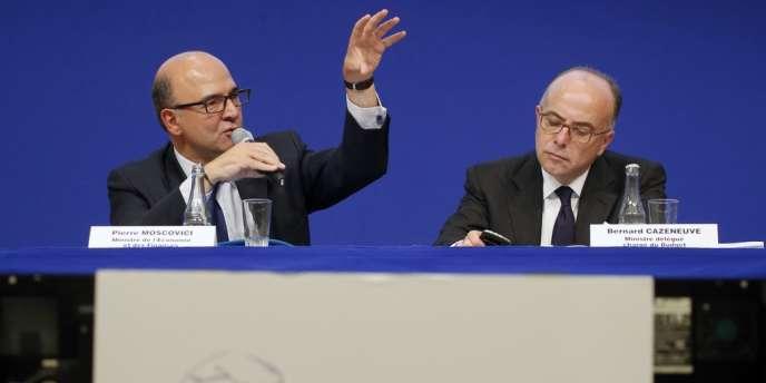 Le ministre des finances, Pierre Moscovici, et le ministre du budget, Bernard Cazeneuve, lors de la présentation du projet de loi de finances 2014. Celui-ci arrive mercredi à l'Assemblée.