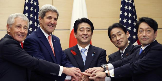 Les ministres de la défense et des affaires étrangères japonais et américain entourent le premier ministre japonais, le 3 octobre 2013 à Tokyo.