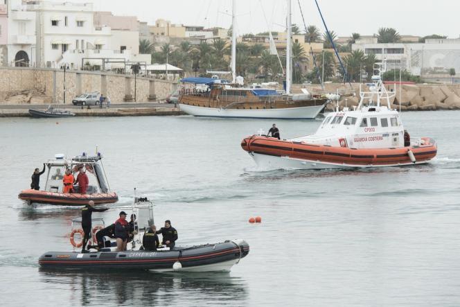 Garde-côtes italiens à Lampedusa, le 7 octobre 2013.