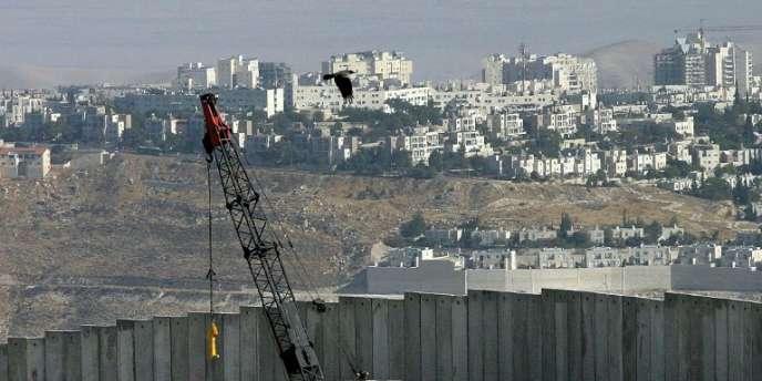Vue de la construction du mur d'Israël, devant un village de Cisjordanie, à l'est de Jérusalem, en 2003.