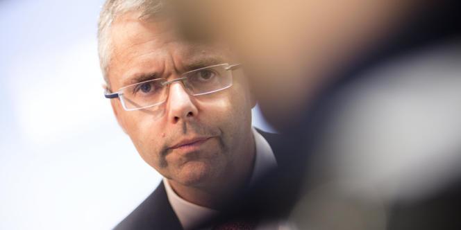 Michel Combes, directeur général du groupe de télécommunications, annonce la suppression de 10 000 postes dans le monde dont 900 en France.
