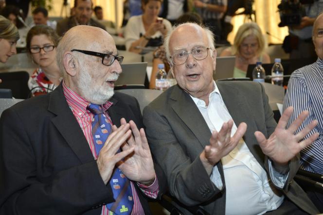 François Englert (à gauche) et Peter Higgs, au siège du CERN, à Meyrin (Suisse), le 4 juillet 2012.