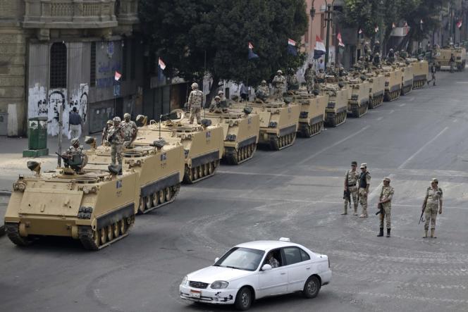 Des tanks de l'armée égyptienne se positionnent près d'une entrée de la place Tahrir au Caire, le 16 août.
