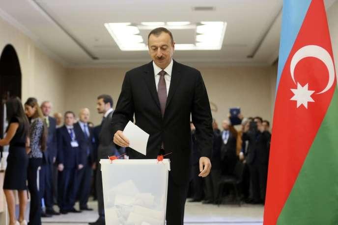 Le président sortant d'Azerbaïdjan, Ilham Aliev, le 9 octobre et réélu au terme d'un scrutin contesté.