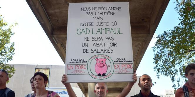 Manifestation de salariés de l'abattoir de Lampaul-Guimiliau à Rennes, le 7 octobre.