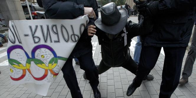 Des policiers russes retiennent un activiste gay lors d'une manifestation à l'extérieur du comité d'organisation des Jeux olympiques 2014 de Sotchi, le 25 septembre 2013