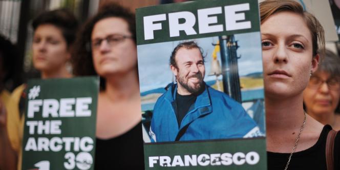 Des militants de Greenpeace sont incarcérés dans la région de Mourmansk pour avoir tenté d'aborder une plateforme pétrolière de Gazprom – ici une manifestation en soutien aux militants de Greenpeace, le 5 octobre à Washington.