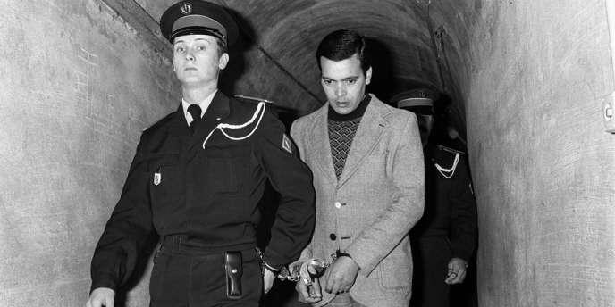 Hamida Djandoubi, 28 ans, arrivant, menotté, à son procè. Il fut le dernier condamné à mort exécuté en France, le 9 octobre 1977 à la prison des Baumettes à Marseille.