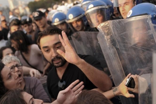 Affrontements, place Taksim, entre des manifestants et la police antiémeute, le 28 septembre à Ankara.