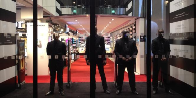 Le magasin Sephora des Champs-Elysées  devait fermer ses portes à 21 heures depuis une décision de justice rendue début octobre.