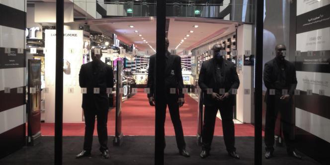 Le magasin Sephora des Champs-Elysées, à Paris, devait fermer ses portes à 21 heures depuis une décision de justice rendue au début d'octobre.