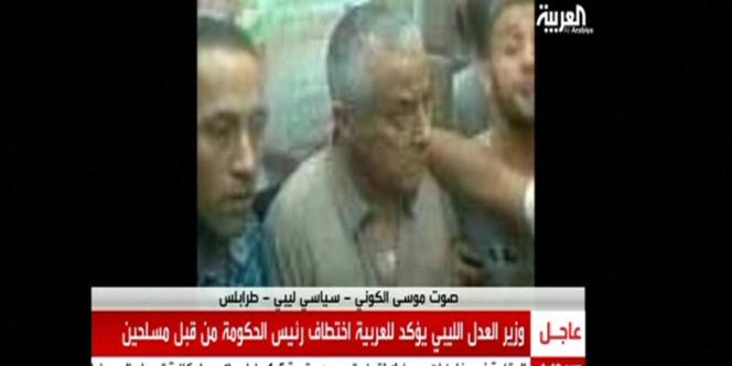 Image diffusée par la chaîne Al-Arabiya montrant le premier ministre Ali Zeidan, le 10 octobre, après son enlèvement.
