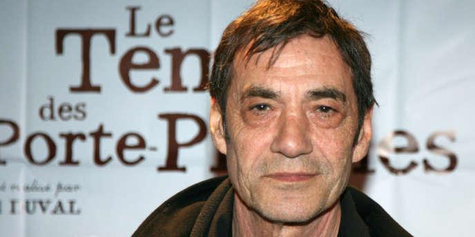 L'acteur français Daniel Duval posant lors d'une avant-première, le 3 mars 2006 à Paris, montre.